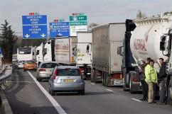 Tüntetnek a francia fuvarozók – a tervezett ökoadó miatt tiltakoznak