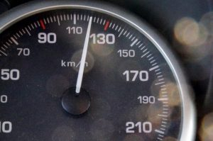 Büntetik-e a rendőrök a csekély mértékű, lakott területen 65 km/h alatti gyorshajtást?