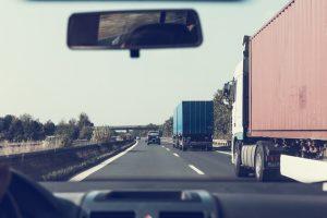 Negyedére csökkennek az útdíjbírsaágok - az első két órában 165 ezer helyett csak 40 ezer forintos büntetést szabnak ki a jövőben a díjfizetés nélkül közlekedő teherautóra.
